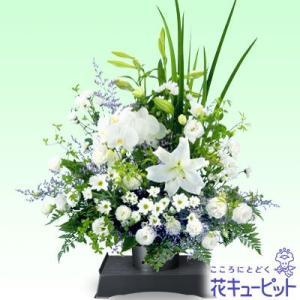 白や紫の花をすっきりとまとめたアレンジメント。追悼の気持ちを表します。511235【花キューピット】...
