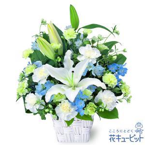 白いユリに淡いブルーの小花をあわせた、お供えのアレンジメントです。優しい色合いの花々が、故人とご家族...