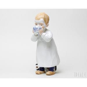 マイセン 900100-7336 ブルーオニオンのカップでミルクを飲む男の子|ideale