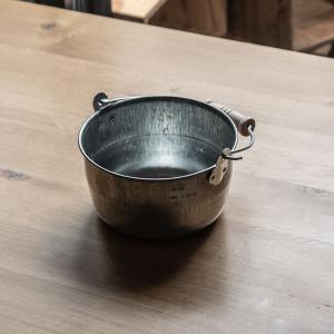 バケツには珍しい丸いフォルムが特徴的な豆バケツ。 常温保存の果物や野菜を入れたり、ワインクーラー代わ...