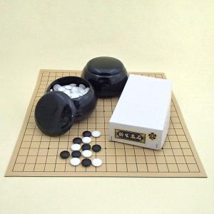 囲碁の入門者用や公民館活動・学校の囲碁部などに収納便利! 日本棋院の「ゴム盤」の碁盤にプラスチック製...