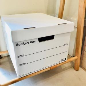 アメリカの銀行で書類入れとして生まれたバンカーズボックスは、 段ボール素材にも関わらず、重たい書類を...