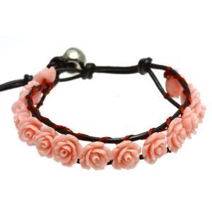 本革と珊瑚を使用したブレスレットです。薔薇は本物のように細部まで表現されており、少し個性的なお洒落の...