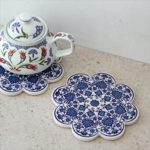 トルコの伝統的なイズニック(IZNIK)セラミックアートを再現した鍋敷きです。チューリップなどの花模...