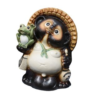 招き蛙付狸10号[信楽焼 陶器 置物 狸]  愛嬌のある楽しい表情やしぐさは信楽ならではの芸術です。...