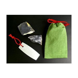 火打石セットに携帯用が出来ました。 丹尺鎌には江戸打紐が結んであり、小の火打ち石2個と共に巾着に入っ...