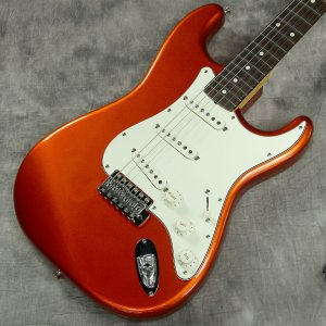 フルボディトーンを提供するバスウッドボディにブライトなトーンが特徴的な Stratocaster シ...