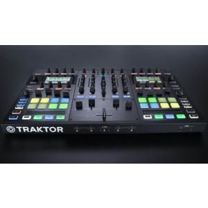 TRAKTOR KONTROL S8は、DJプレイに必要な全てを兼ね揃えています。本体に2画面の高輝...