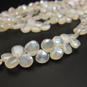 ホワイトカルセドニーにキラキラとした輝きのコーテイングが施された石です。 キラッと輝くその様子はムー...