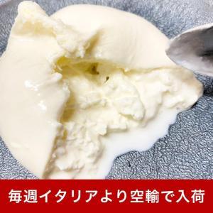 モッツアレッラに似ていますが、よりクリーミーで柔らかいのが特徴です。  繊維状のチーズを冷やしながら...
