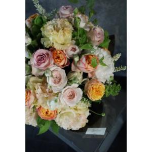 珊瑚 - Sango - フラワーベース付きでそのまま飾れる、優しい色合いのローズギフト [ アレンジメント L size ]|itempost