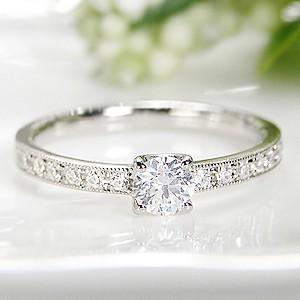 ☆品格あるプラチナのアームのセンターには、大粒0.3ctの輝くダイヤモンド!トータル0.44ctのダ...