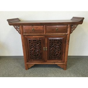 モダンシノワズリーキャビネット家具です。扉に福字が彫られ、アンティーク調仕上になっていますのでお部屋...