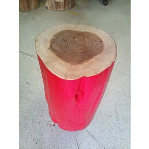 杉の色丸太椅子。無垢の自然と赤のコントラスト