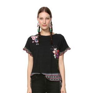 ハンドメイドのノルディックデザインにインスピレーションを得たドレープスリーブTシャツ。黒のエレガント...