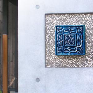 アクセントタイル 壁面装飾 ワンポイント 門柱飾り 甍ト 「irakato(イラカト) 瓦タイル 150角 ハナ4」 juicygarden