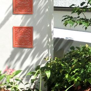 アクセントタイル 壁面装飾 ワンポイント 門柱飾り 甍ト 「irakato(イラカト) 瓦タイル 100角 ハナ2」 juicygarden