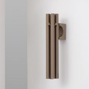 玄関にシンプルに馴染む「ドアチャイム Bo」。4本の棒が奏でる澄んだ音色がお客さんを気持ちよく出迎え...