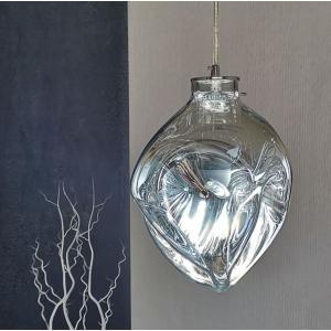 シルバーのガラスの素材が大変印象的なオシャレなペンダントライトとなっています。ガラスのシェードの質感...