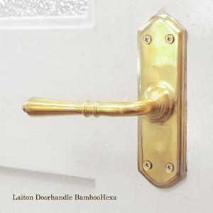 伝統を受け継いだ重厚な真鍮のドアハンドル。 こちらは、バンブー型レバーハンドルの六角座タイプです。 ...