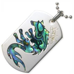 ドッグタグに、ウルフ型の美しい黒蝶貝が施されたスタイリッシュなアクセサリー。かっこよさと遊び心をバラ...