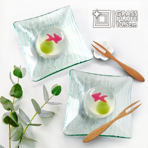 透明感のある涼しげなブルーグリーンに、 氷を思わせる模様が全面に刻まれたガラスのお皿。 すっきりシャ...
