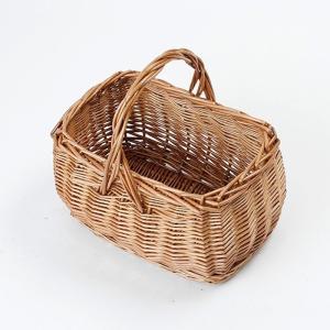柳で作られたバスケット。  形は長方形で深さも十分あるので、お裁縫BOXやコスメ・メイク用品の収納に...