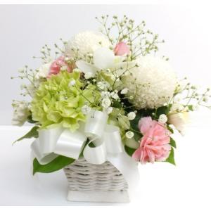 季節の新鮮なお花で作る、まるいラウンドのアレンジメントです。 白、ピンク、グリーンで、サンプル写真の...