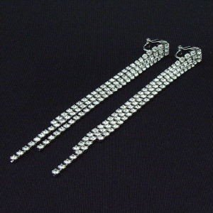 スワロフスキーの煌く光のライン型 イヤリング 長さ100ミリ |kagu-piena