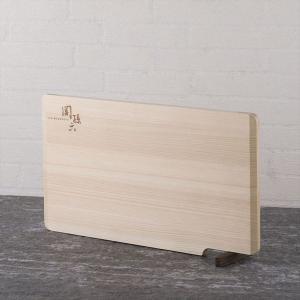 スタンド式で立てることができる桧まな板です。【使いやすい5つのポイント】両端が斜めになっていて持ち上...