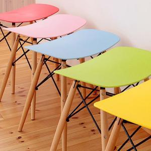 名作イームズチェアの美しいデザインを生かしたスツール。 鮮やかな7カラーをご用意しました。 背もたれ...