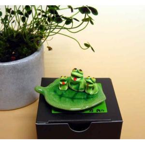 万兵作 木の葉に乗ったカエルさん 3匹 陶器製|kaiun-manpei