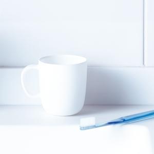 マーナ コップ 取っ手付き きれいに暮らす 洗面シリーズ 歯みがきコップ うがい コップ シンプル おしゃれ お風呂 洗面 コップ|kajitano
