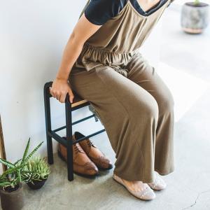 ★商品の特長★  お出かけ前に靴を履いたり、足元を整えたりする時にちょこっと座れるベンチシューズラッ...