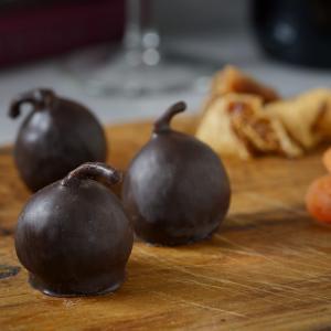 [ブラック] パリッとしたチョコレートコーティングの下には、ドライいちじくのプチプチとした食感。 そ...