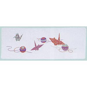 綿100%の二重袷のガーゼ手拭いです。茜色の鶴と毬を配したお正月らしい絵柄です。ポケットやポーチに入...