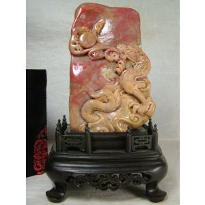 昌化鶏血石(しょうかけいけつせき)台付置物「昇龍戯玉」135mm