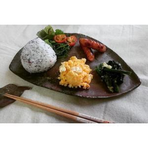 ふしぎ皿(大) /津軽金山焼 金山焼 皿 陶器 日本製 手作り ギフト 記念品 プレゼント 贈り物 おしゃれ 器 焼締|kanayamayaki