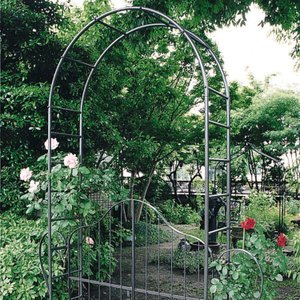 重厚なアイアンでバラ等のつる性植物に最適な門扉付ガーデンアーチ 門扉付アーチ タイプB|kantoh-house