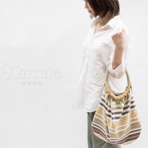 おしゃれで便利で使いやすい。鮮やかなマルチカラーのボーダーハンドバッグ。  商品名: ハンドバッグ ...