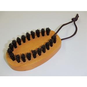 ○特殊な毛先で毛玉をからめとるブラシです。  生地にやさしい豚毛使用。 片手で衣類を押さえ、編み目に...