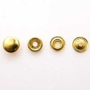 ■用途/特長  真鍮無垢素材の留め金具です。一方の金具内蔵の丸いバネが、もう片方の金具を挟むことで留...