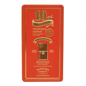 トラベラーズノート誕生10周年を記念してつくられた限定アイテム。クラシックなデザインの缶の中には、手...