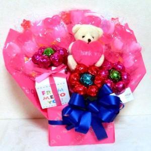 チューリップとピンクハートのキャンディーブーケです。thank youのピンク色クッションを抱えたく...