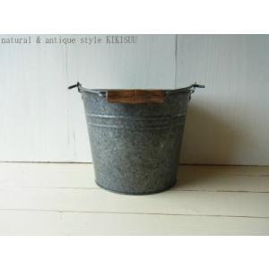 ガーデンバケツ・ 取っ手が木製の懐かしいデザインのブリキバケツ|kikisuu