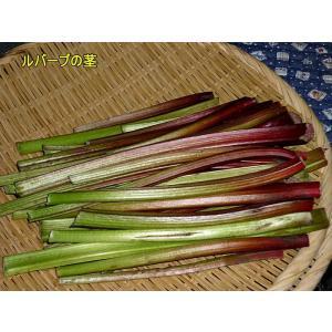 【ルバーブジャムの作り方】  1.ルバーブの葉柄を1〜2センチくらいに切ります。 2.砂糖の半分とカ...