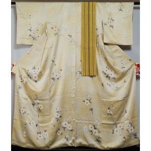 女郎花色の地に十字絣と洋花模様が染められた小紋と、緑黄色の地に献上縞模様の織られた本場筑前博多織の小...