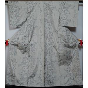 白梅鼠色の平織の地に枝花模様が織られた紬です。  大島紬のようですが、絣の目の細かさの割に生地が厚く...