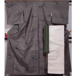 泥染のシャキッとした地に枝花模様が織られた9マルキの大島紬と、乳白色の地に牡丹や菊、萩などの模様が織...