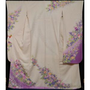 干割れに小花模様の地織が入った薄桜色の地に、洋花の百花模様が染められた振袖です。   ◆仕立:袷 ◆...